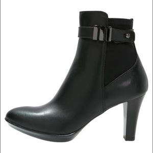 Aquatalia Royalty Leather Ankle Bootie in Black